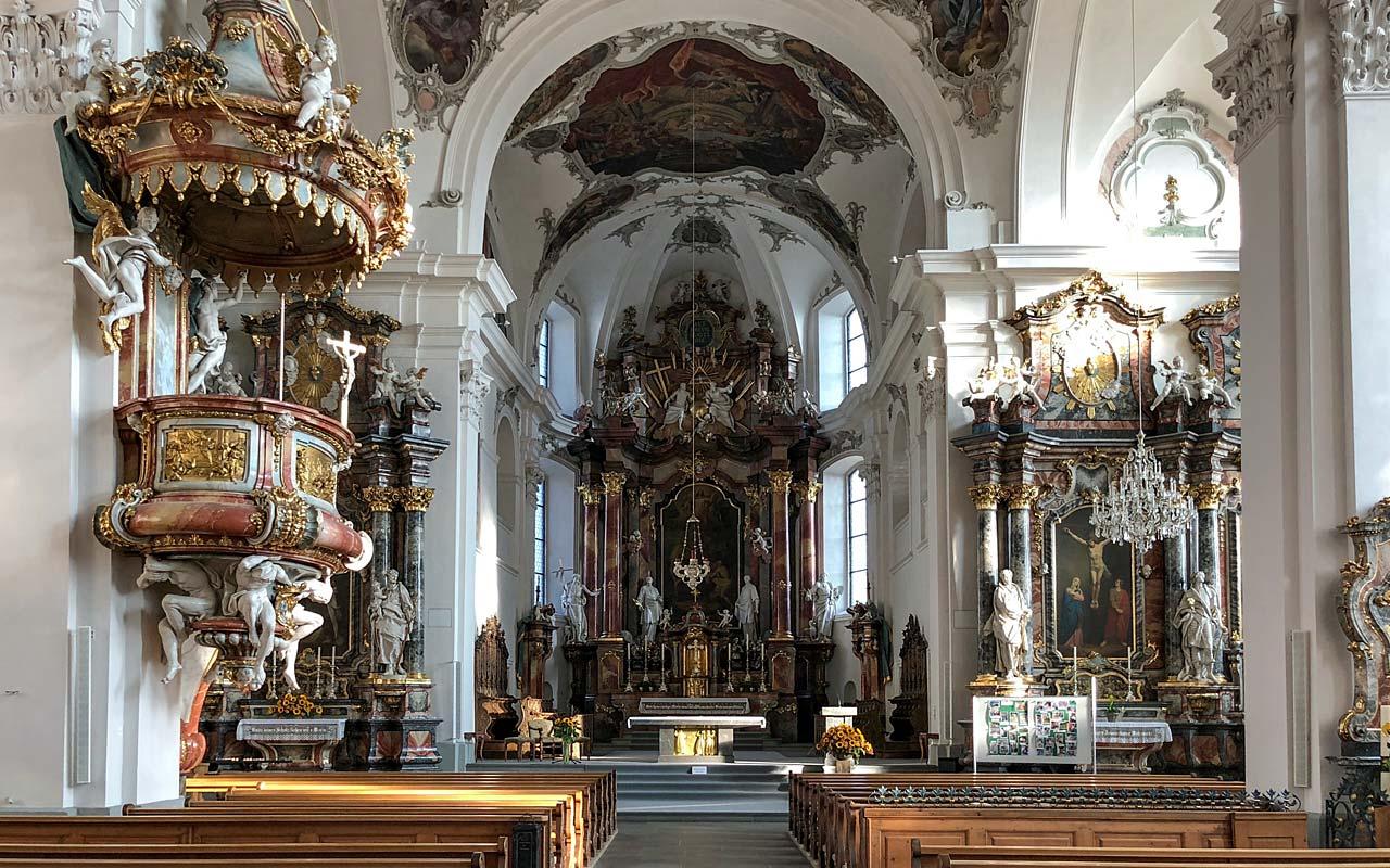Innenansicht Richtung Altar der Kirche St. Martin in Schwyz