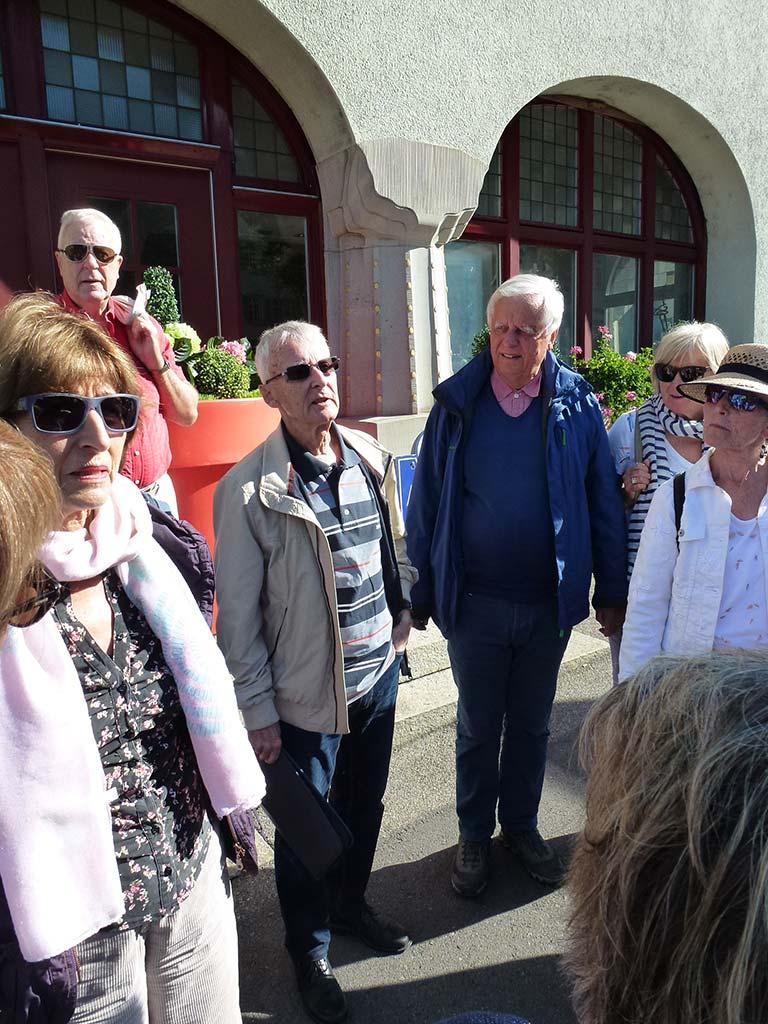 Mitglieder des Kirchenchor Schwyz hören dem Guide interessant zu.