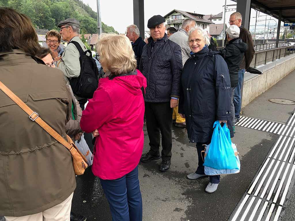 Besammlung Bahnhof Schwyz bei strömenden Regen.