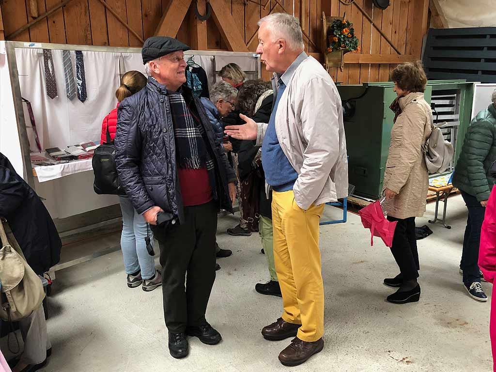 Präsident Walter Beeler im Gespräch mit Kirchenchormitglied